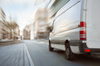 Quadro Transporter fährt in der Stadt