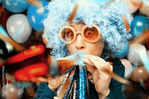 Leinwandbild Motiv  Frau in Karnevalstimmung