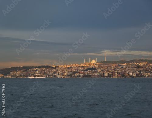 canvas print picture Blick über den Bosporus auf eine große Moschee