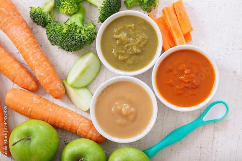 Foto Murales Baby food. Various bowls of fruit and vegetable puree, top view