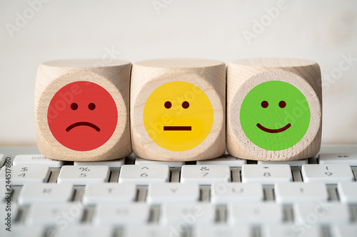 Würfel mit verschiedenen Emoticons auf Computer Tastatur