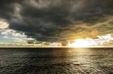 Dunkle wolken über Meer - 244551038