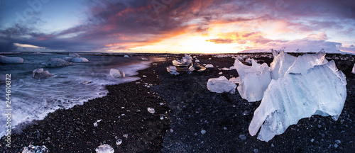 Leinwanddruck Bild Beautiful sunset over famous Diamond beach, Iceland.