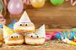 Leinwandbild Motiv Karneval Fasching Rosenmontag Hintergrund mit Krapfen Pfannkuchen Berliner und Dekoration