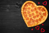 Pizzy serce dla walentynka dnia z kopii przestrzenią na nieociosanym ciemnego czerni tle. Widok z góry. Leżał płasko