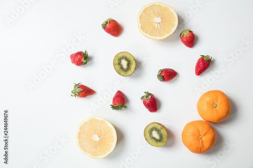 白背景でふかんで彩りのフルーツ