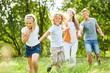 Junge und Mädchen zusammen mit Eltern