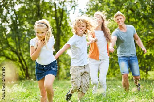 Junge und Mädchen zusammen mit Eltern © Robert Kneschke