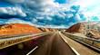 Viajes por carretera y entretenimiento.Paisaje escénico de autovía y cielo nuboso.Concepto de destino y seguridad vial
