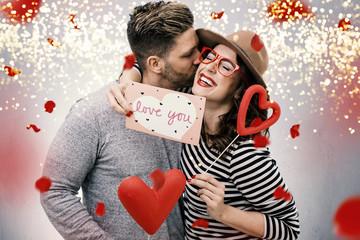 verliebtes Pärchen Mann und Frau zum Valentinstag beschenkt sich mit Rosen und Herzen © drubig-photo