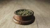 Marihuana triturada saliendo del grinder - 244781630