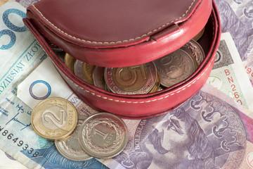 Eine Geldbörse und Geldscheine und Münzen Polnische Zloty PLN