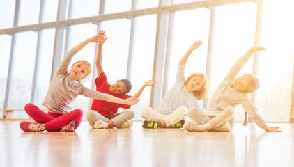 Kinder in Grundschule machen Sport Übung