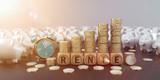 Rente Sparschweine mit Wecker und Euromünzen gestapelt zu einem Wachstumchart
