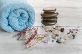 Spa und Wellness Dekoration mit Handtuch und Blumen