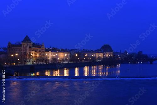 Ufer der Moldau in Prag bei Nacht