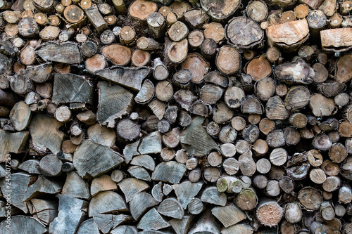 amas de bois, rondins,  rangés - 245807253