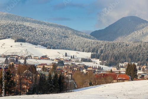 Foto di bellissimo paesaggio invernale. Città Asiago, Veneto, Italia. Beautiful Winter landscape photo. Asiago City, Veneto, Italy. © Mike Sagan