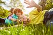 Leinwanddruck Bild - Kinder spielen und albern herum auf einer Wiese