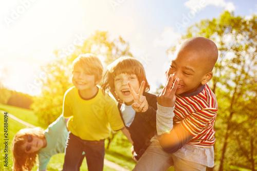 Leinwandbild Motiv Kinder haben zusammen Spaß im Sommer