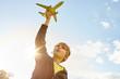 Junge beim Spielen mit Flugzeug in der Hand