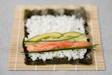 Sushi Makirolle Noriblätter mit Lachs Schnittlauch Avocado Zubereitung Zutaten