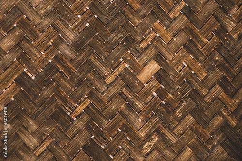 le fond d'un panier en osier avec ses motifs géométriques - 246039418