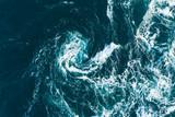 白い波が渦を巻いている海の風景 - 246121640