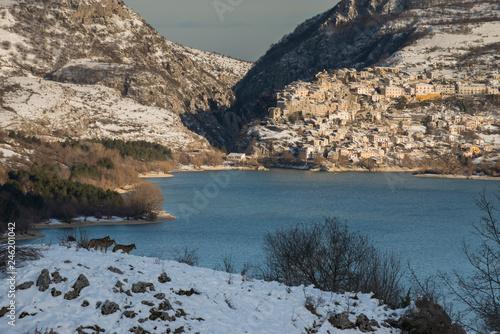 Lago di Barrea nel cuore del Parco nazionale D'Abruzzo