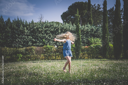 Leinwandbild Motiv dancing in the meadow