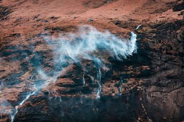 Kleiner Wasserfall bei starkem Wind