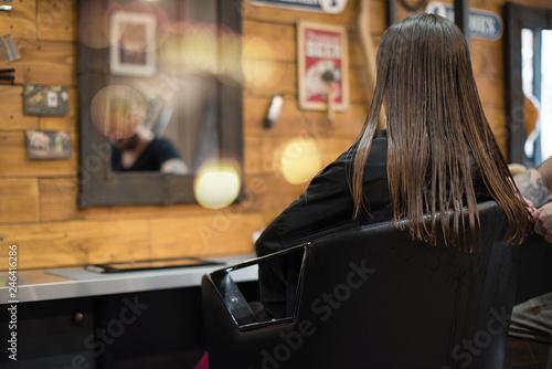 belle jeune femme chez le coiffeur