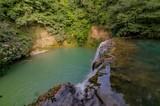 Scorcio di paesaggio naturale con cascata e vegetazione