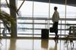 Frau als Passagier im Wartebereich im Flughafen Terminal