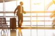 Leinwanddruck Bild - Geschäftsmann auf Reisen am Flughafen im Sommer