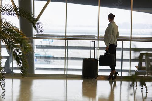 Leinwandbild Motiv Frau als Passagier im Wartebereich im Flughafen Terminal