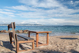 banc et table en bois sur la plage
