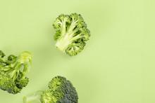 "Постер, картина, фотообои ""Minimalistic image of broccoli on bright background top view"""