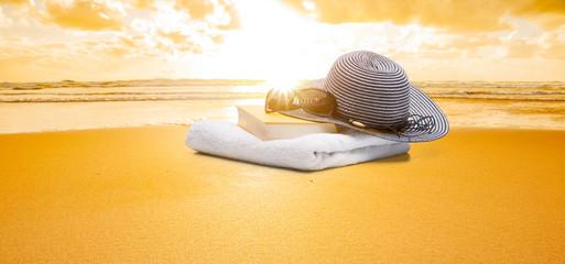 Buch und Handtuch am strand