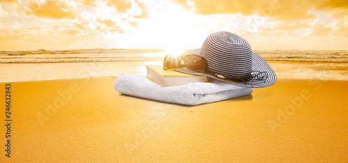 Buch und Handtuch am strand - 246632843