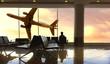 Leinwandbild Motiv viaggiatore in attesa del volo in aeroporto