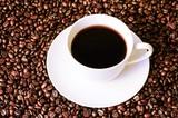 Tasse Kaffee auf Hintergrund aus gerösteten, ganzen Kaffeebohnen - 246666651