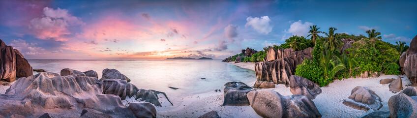 Sonnenuntergang am Strand Anse Source d'Argent, Seychellen © eyetronic