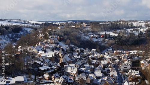 winterliche, sonnige Stadtansicht von Wildberg mit Schnee im Nordschwarzwald  - 246698455