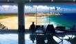 aspettare in aeroporto il volo per le vacanze al mare
