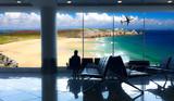 aspettare in aeroporto il volo per le vacanze al mare - 246755279