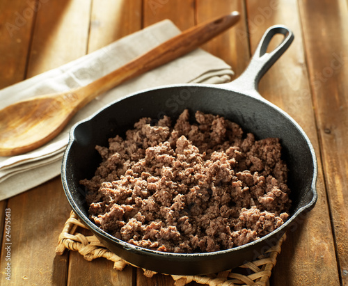 Foto Murales browned ground beef in cast iron skillet