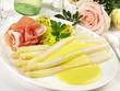 Leinwandbild Motiv Spargel mit Sauce Hollandaise und Schinken - Weisswein
