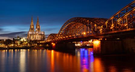 Das Kölner Stadtpanorama mit Dom und Brücke