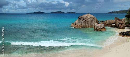 Panoramique sur la plage de Anse Patates île de La Digue - 246950404